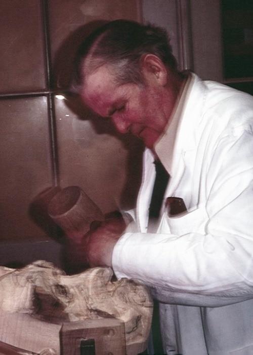 Josef Blattmann beim Schnitzen eienr Wollerauer Holzlarve 1970 700